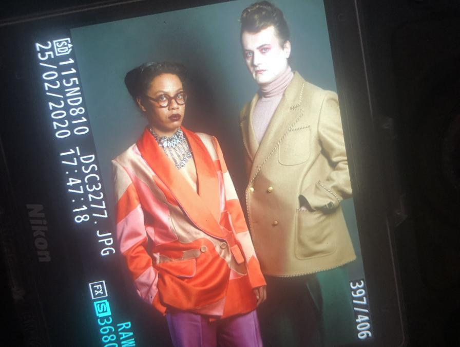 Anthea Hamilton. Finalista del Turner Prize 2016 e vincitrice della Tate Britain Commission, 2018. Indossa un abito Peter Pilotto, arricchito da una collana Gucci. Accanto, Milovan Farronato in full Gucci.